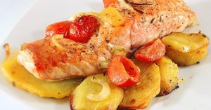 Форель запеченная в духовке с картошкой и помидорами